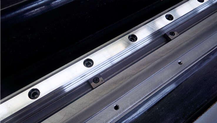 Đường ray dẫn hướng V-rãnh + thiết kế khối áp lực